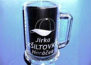 vlastní sklenice se jménem Jirka a obrázkem čepice