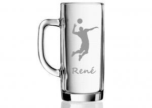 dárek pro volejbalistu - sklenice s vybroušeným obrázkem volejbalisty a jménem
