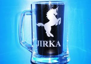 sklenice s obrázkem jednorožce a jménem Jirka