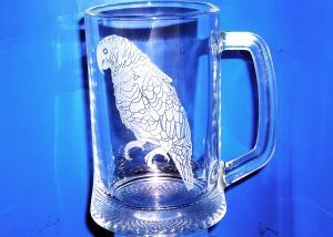 originální dar pro otce - sklenice na zakázku s vybroušeným vlastním motivem papouška