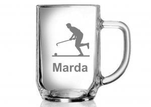 sklenice s obrázkem a jménem hráče pozemního hokeje