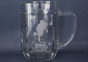 pivní sklenice s vybroušeným motivem hokejisty pro hráče hokeje