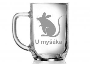sklenice na pivo s vybroušeným názvem hospody