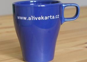 firemní hrnek na kávu s vyrytým názvem firmy na zakázku