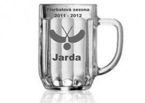 dárek, sklenice s motivem florbalu a jmény hráčů jako vzpomínka na sezonu