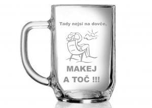 sklenice s vtipným nápisem a obrázkem rekreanta pro hostinského