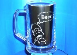sklenice na pivo s vybroušeným  obrázkem Homera Simpsona